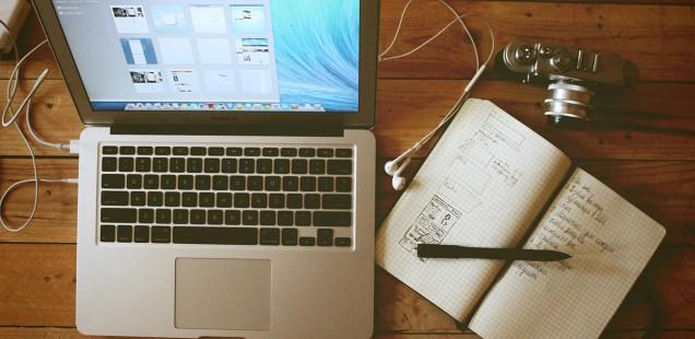 Mac Book Airと手書きのワイヤーフレーム