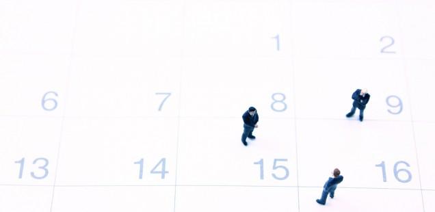 カレンダーとビジネスマンのミニュチュア