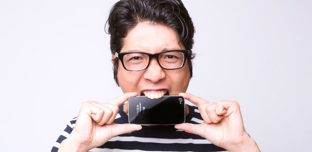 iPhoneに噛み付く男