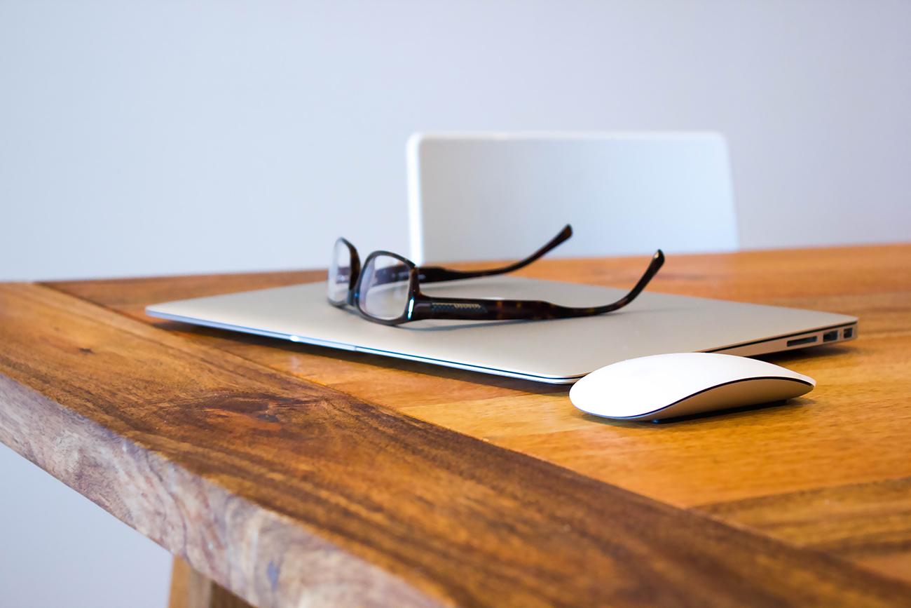 机の上に置かれたMacBook Air