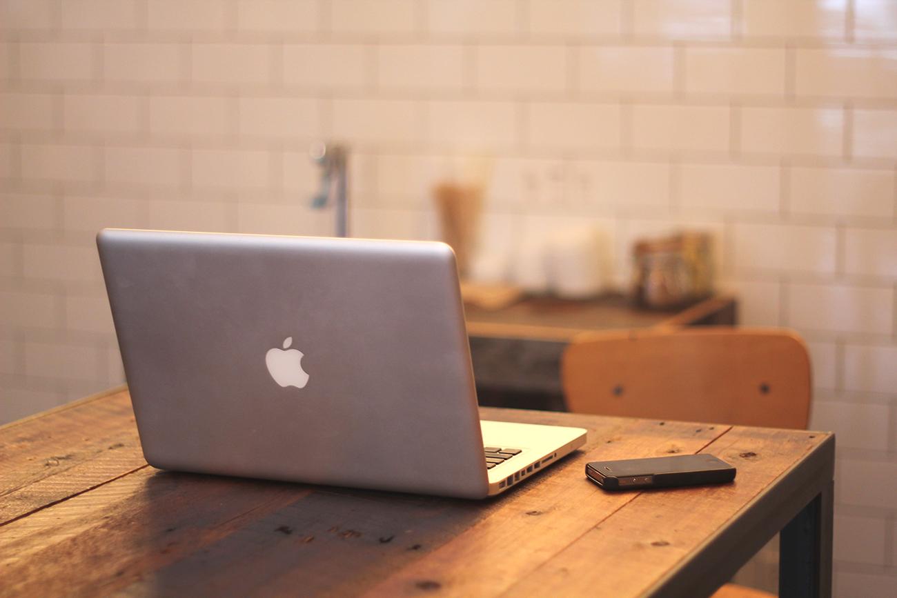 机の上のMacBook ProとiPhone
