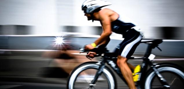 トライアスロンで自転車を漕ぐ男性