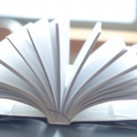 机の上で開かれた本