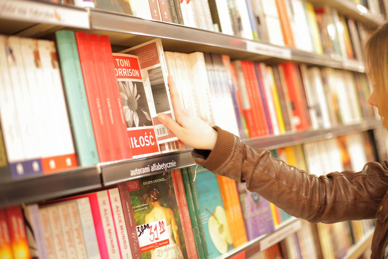本屋で本を手に取る女性