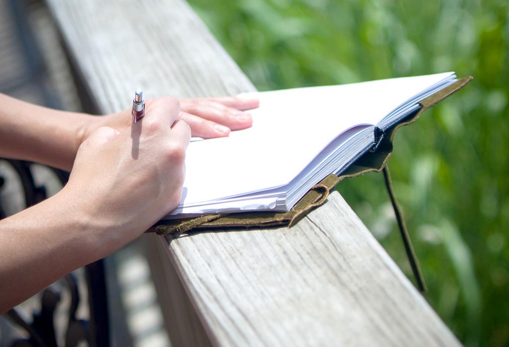 外で日記を書く