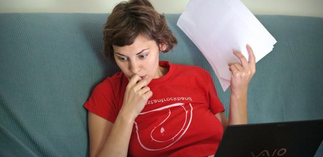 PCで作業する女性