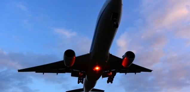 下から見た飛行機