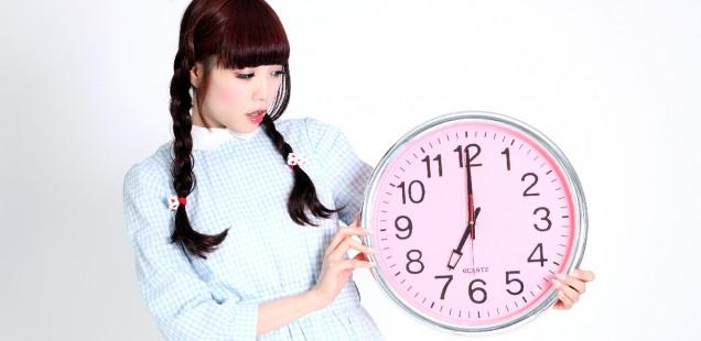 時計を持つ少女