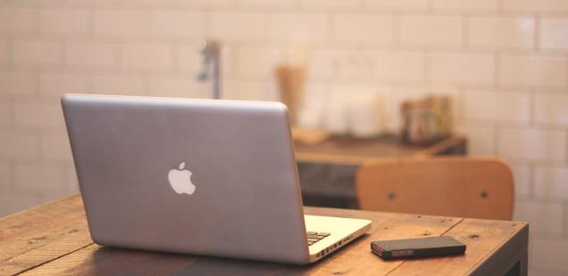 古い机の上のMacとiPhone