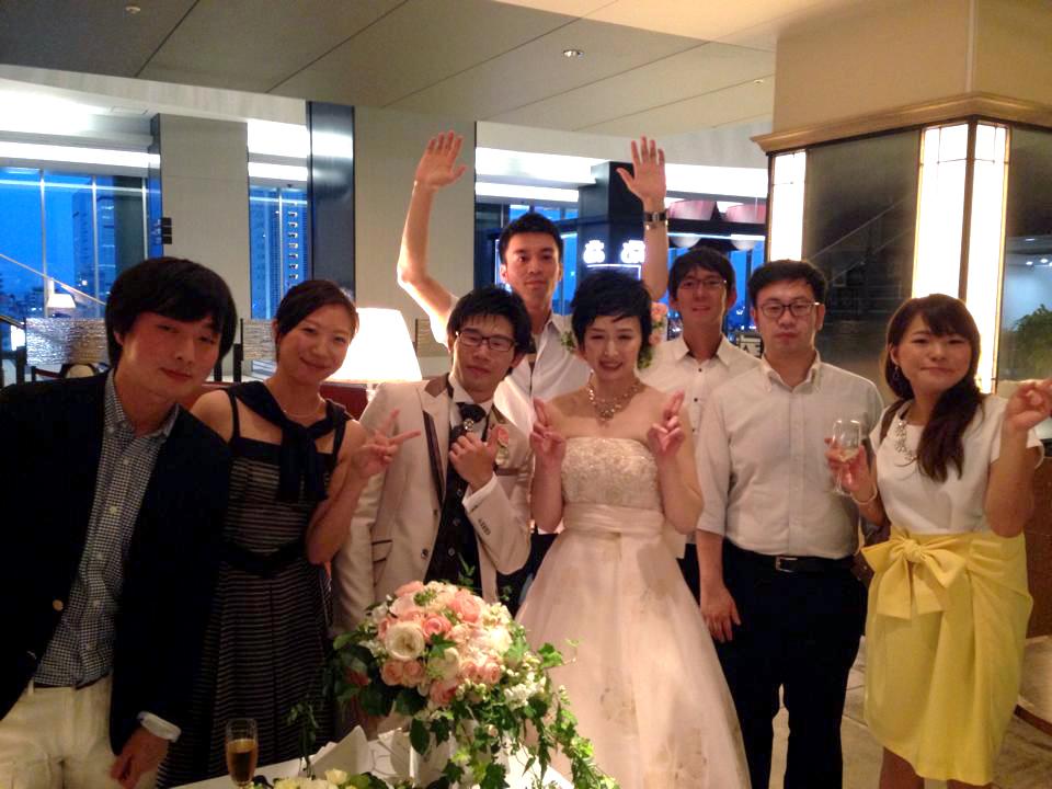 友達の結婚パーティでの集合写真