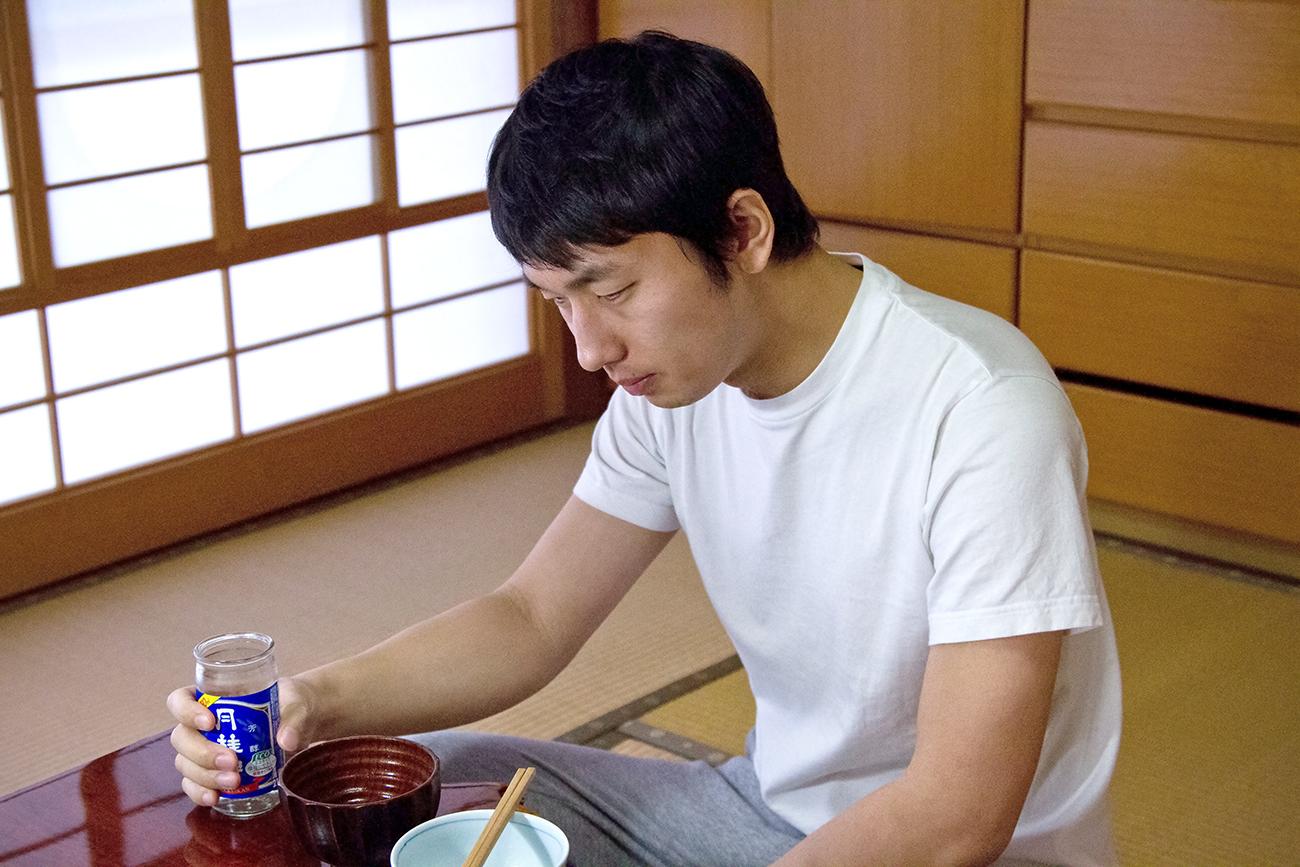 ワンカップを飲む男性