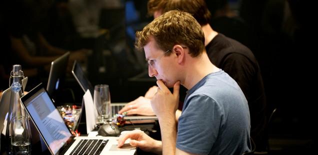 Macで作業中の男性