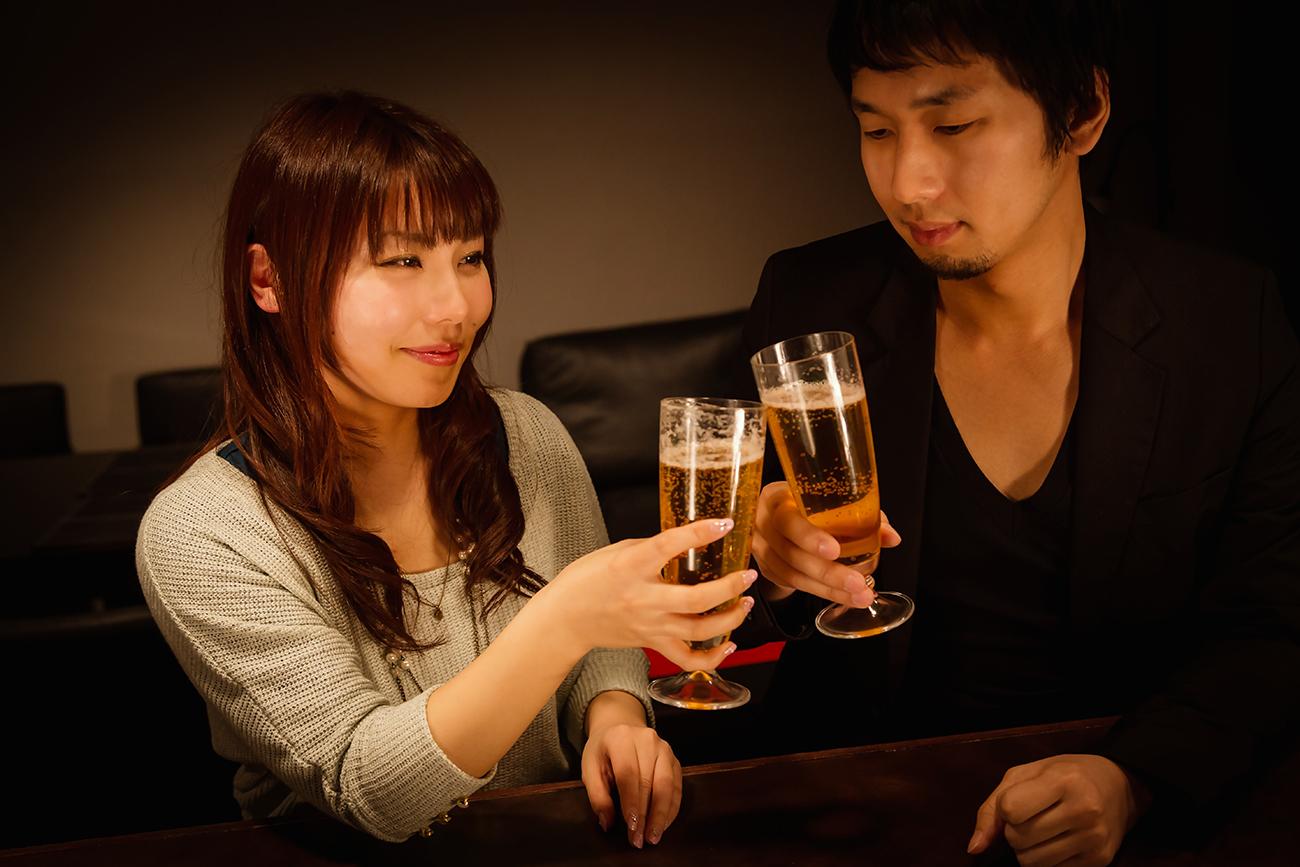 ビールで乾杯をする男女