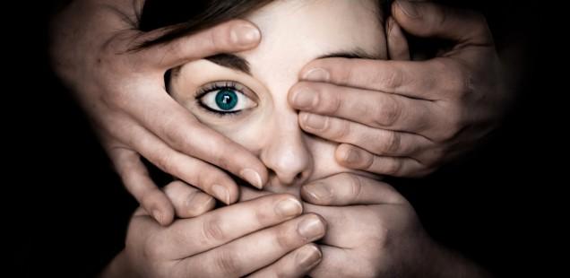 片目を隠された女性