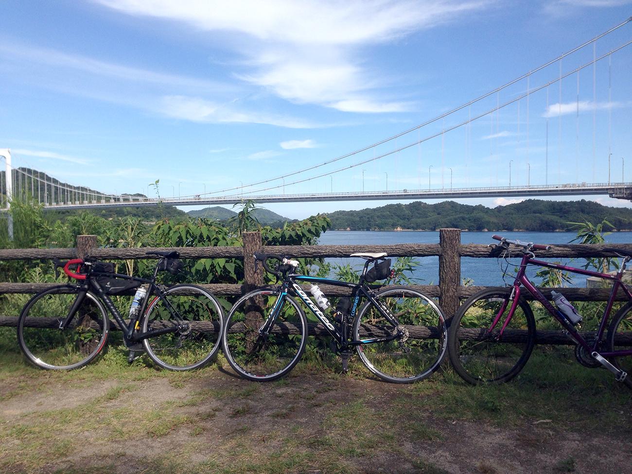 伯方・大島大橋をバックにした自転車の写真