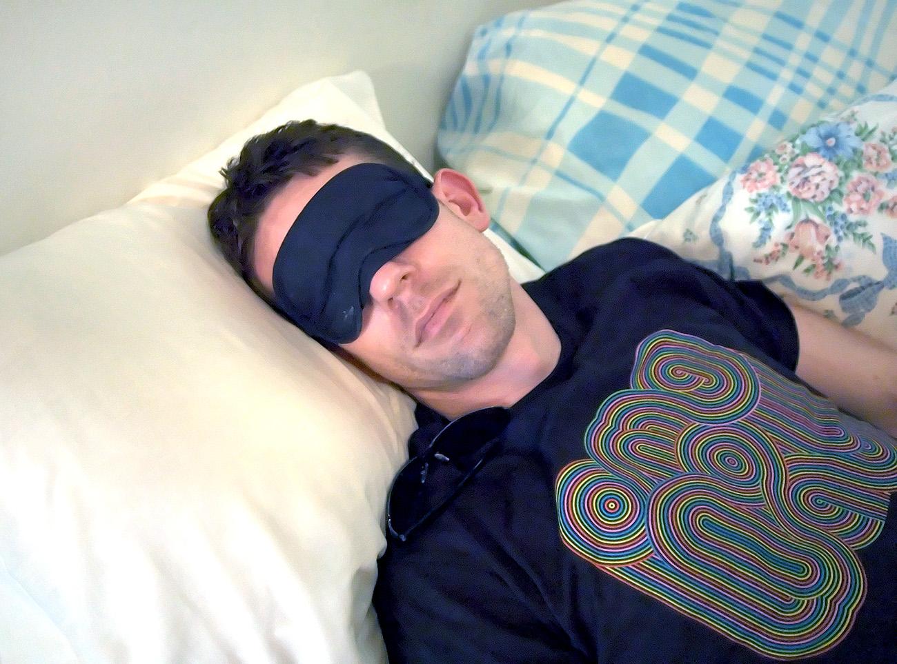 昼寝をする男性