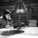 図書館でPCを開いて学習する女性