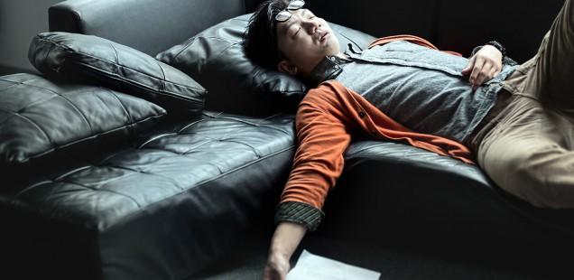 寝落ちしている男性