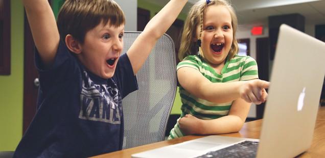 PCを見て驚く子供たち