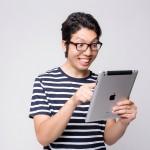 iPadを見る男性