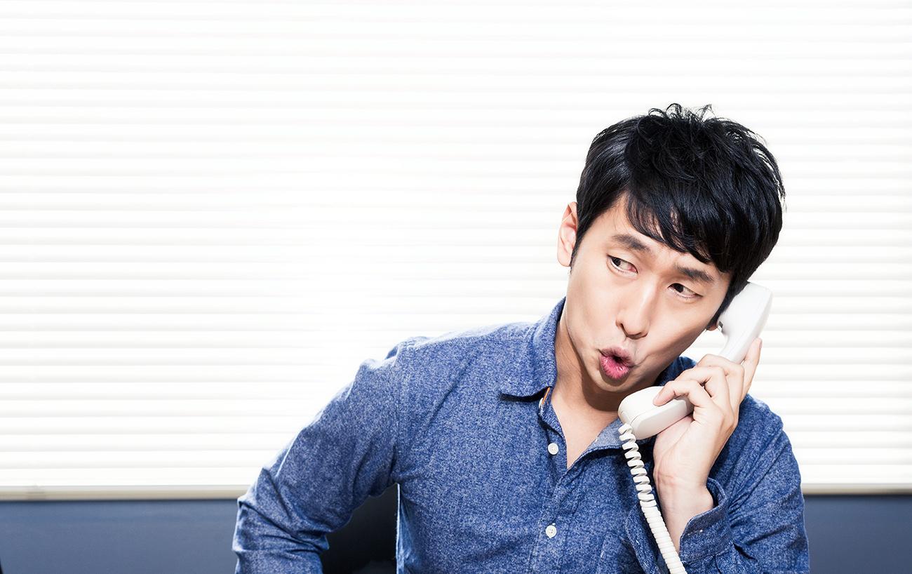 電話をかける男性