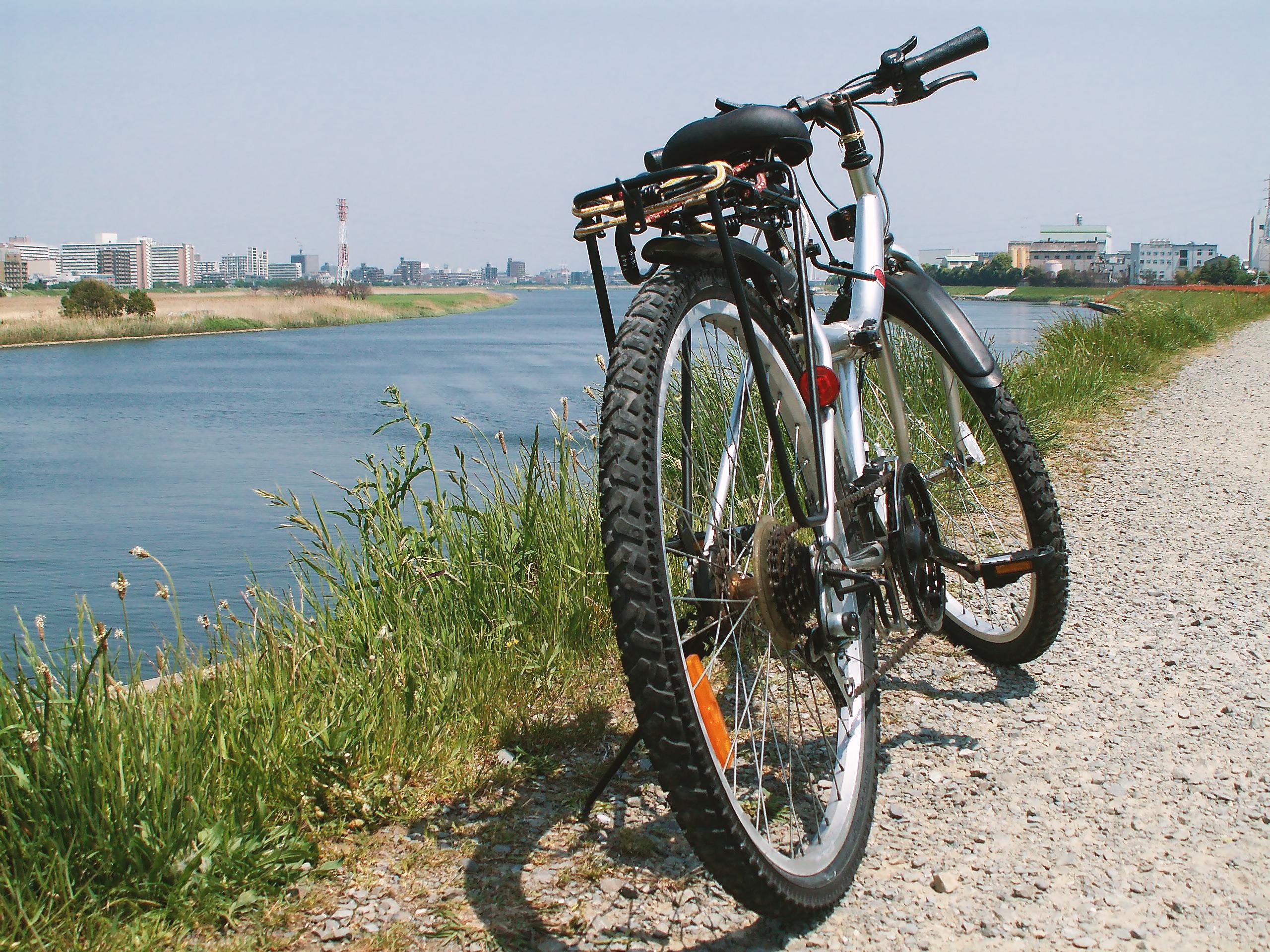 土手にある自転車