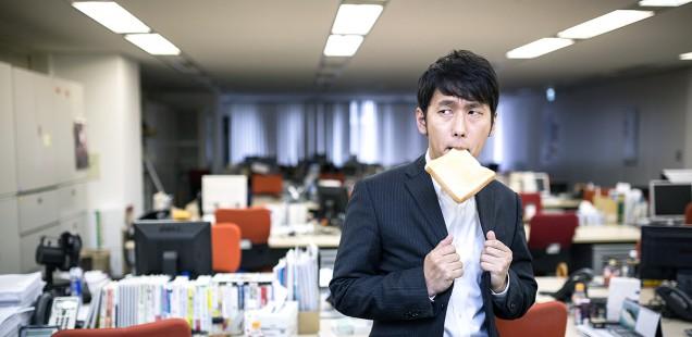 パンをくわえたビジネスマン