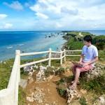 宮古島でノマドワーキングをする男性