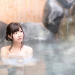 温泉に入る美女