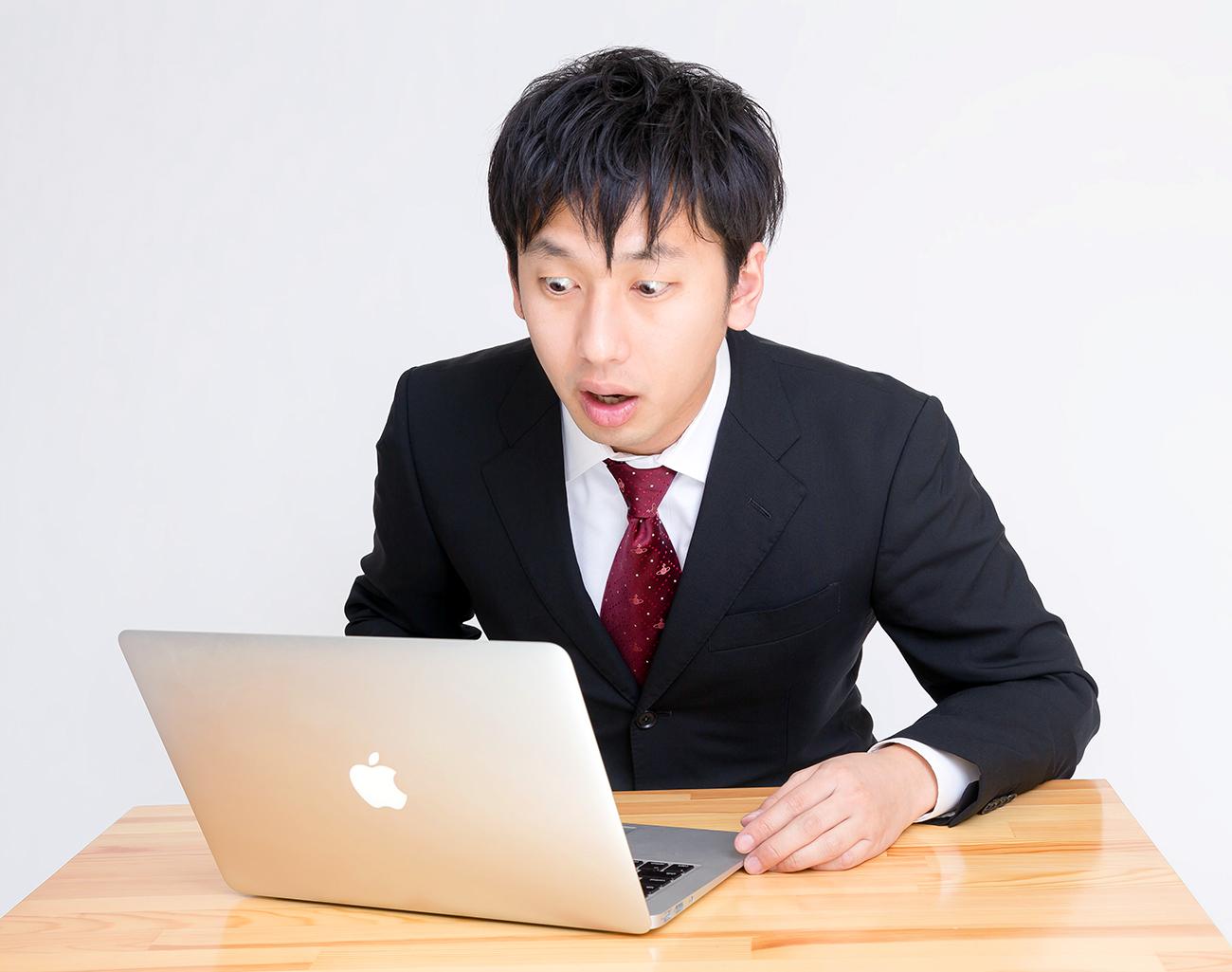 PCを見て驚く男性