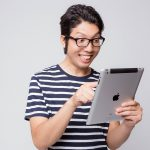 iPadを持った男性