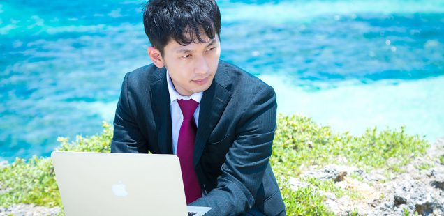 宮古島で仕事をするビジネスマン