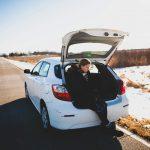 雪と車と女性